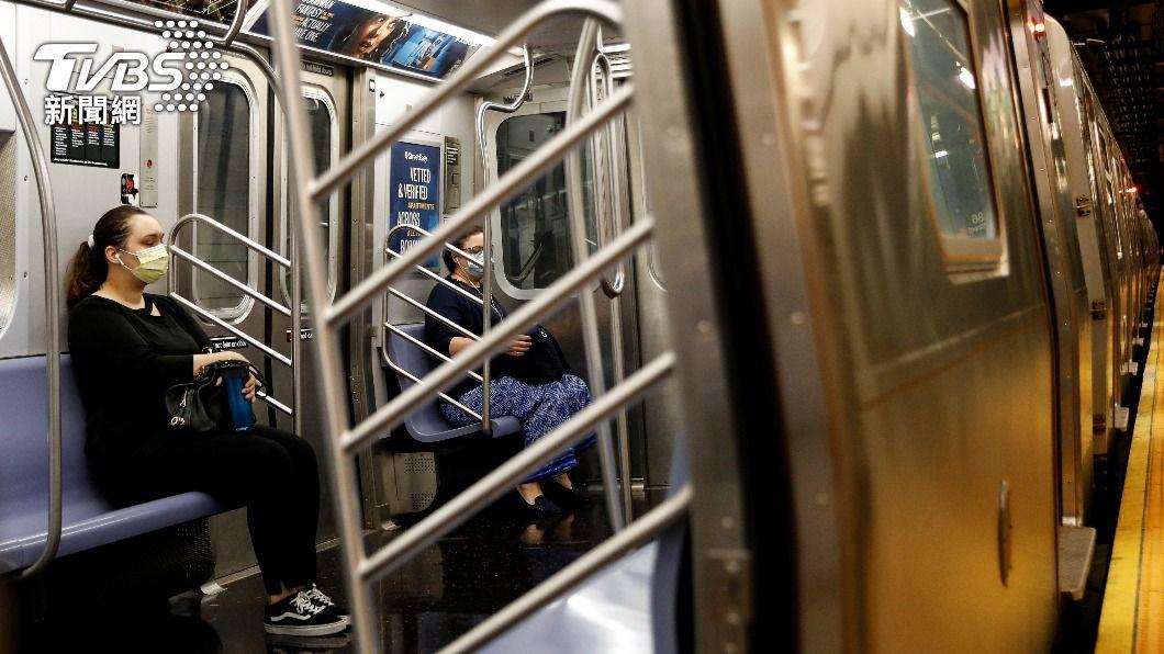 一名亞裔女子搭地鐵時遭白人男子撒尿。(圖,非當事人/達志影像路透社) 亞裔女紐約搭車慘遇騷擾 白人男「掏槍」噴尿濺滿身