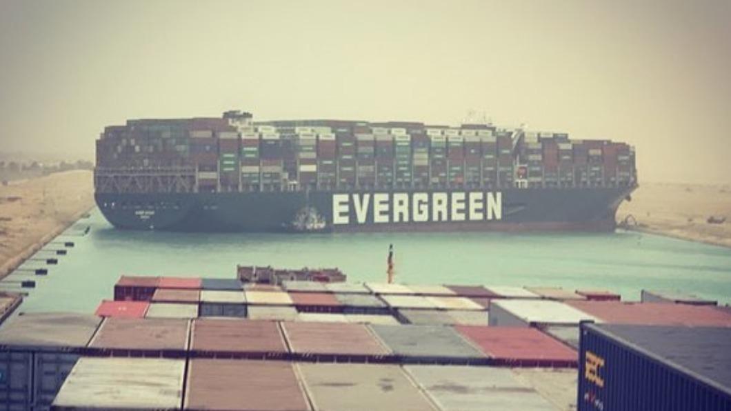長賜輪在蘇伊士運河擱淺6天。(圖/翻攝自Gary Lineker推特) 長賜輪繳256億才放行 長榮擬船貨分開處理