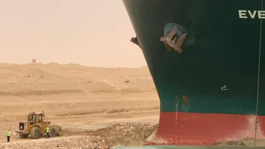 長榮海運超大貨櫃輪長賜號(Ever Given)在蘇伊士運河擱淺,中斷水道航運。(圖/翻攝自Mostafa Sharaawy 臉書) 美國看不去下!白宮:願助「長榮脫困」蘇伊士運河
