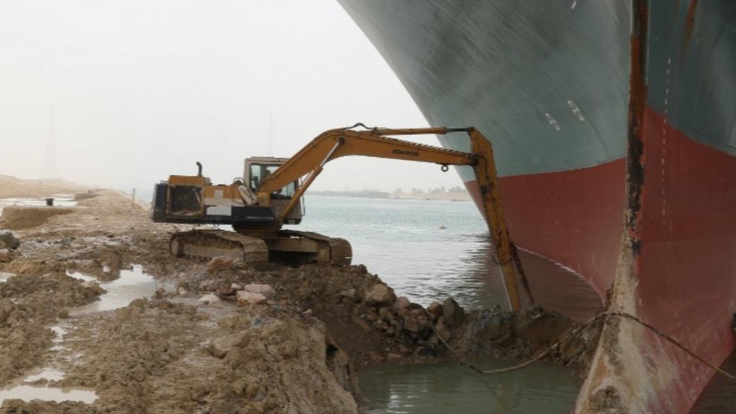 關於擱淺意外,蘇伊士運河管理局指出,將暫停航行直至脫淺為止。(圖/翻攝自Suez Canal Authority臉書) 長賜輪尚未脫淺 蘇伊士運河管理局:將暫停航行