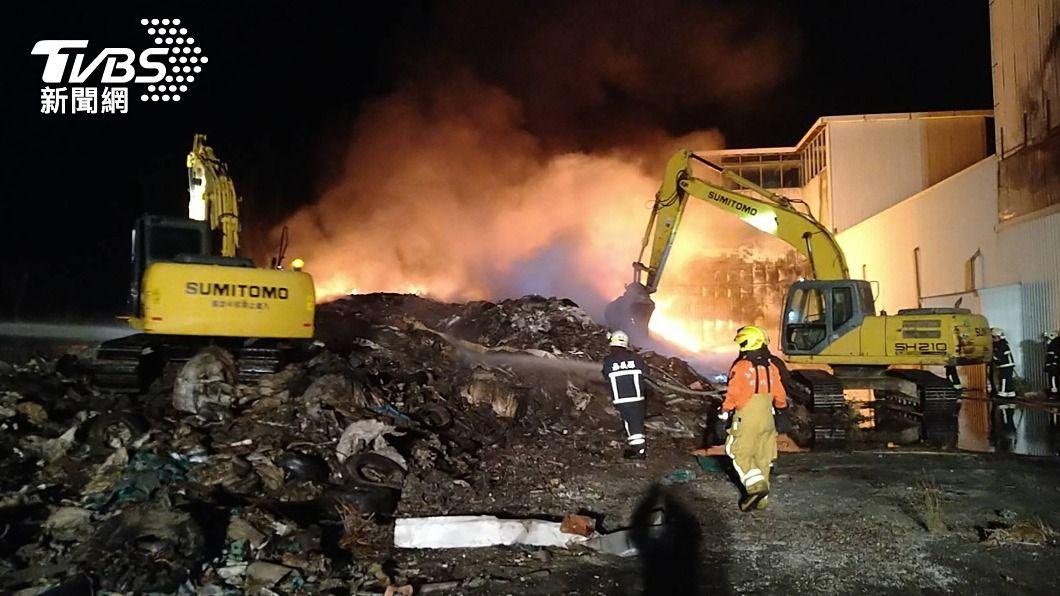 嘉義縣前天深夜發生火警,起因為廠房堆置大量廢棄物。(圖/中央社) 廠房堆置廢棄物引大火 嘉義縣環保局開罰地主