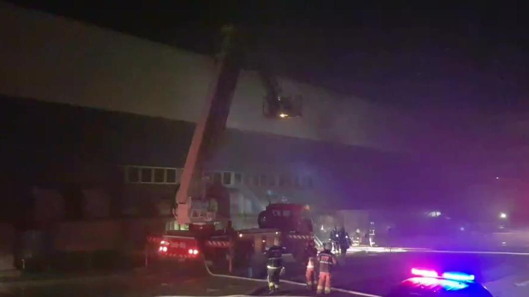 台北港車輛倉庫凌晨傳出大火。(圖/民眾提供) 台北港凌晨傳工安火警 烈焰狂燒3全新車成廢鐵