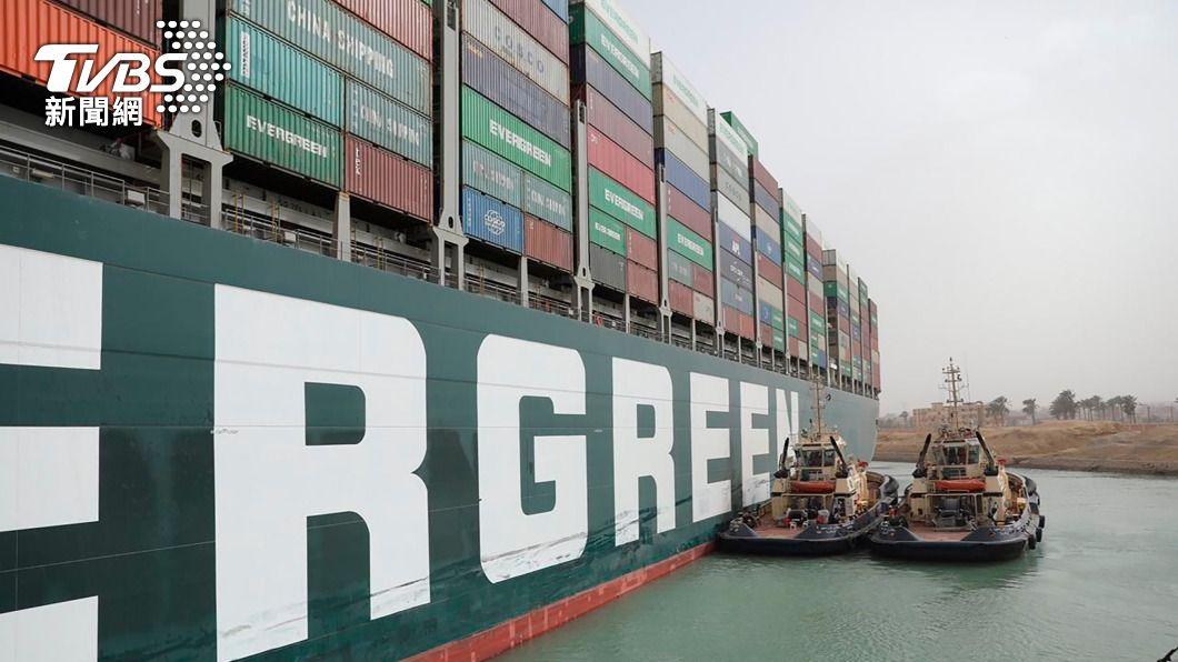 長榮貨輪在蘇伊士運河擱淺。(圖/達志影像美聯社) 長榮貨輪蘇伊士運河擱淺 引發全球連鎖效應