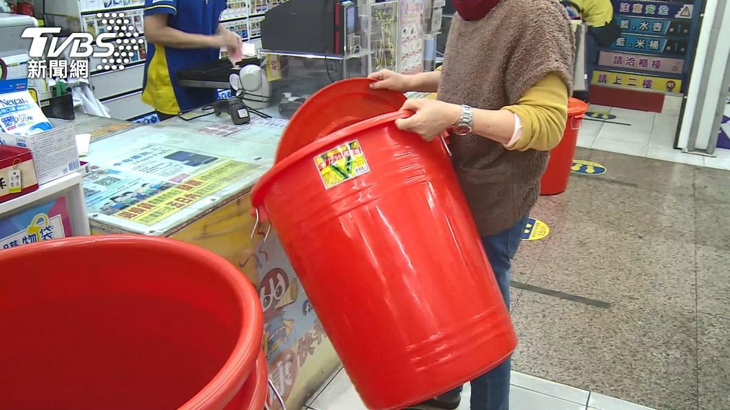 中部陷入缺水危機,民眾搶買水桶。(圖/TVBS資料畫面) 乾旱危機民眾搶買水桶 業者銷量激增8成