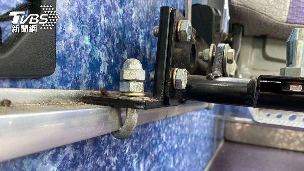 圖為一輛遊覽車座位確實以J型勾固定在金屬骨架上。(圖/中央社) 召回遊覽車查逾200輛 車安中心:初步無重大違規