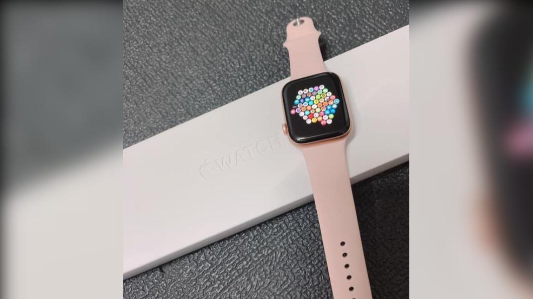 女網友在路邊使用Apple Watch引起了男童的好奇心。(圖/翻攝自爆廢1公社臉書) 兒狂哭鬧買手錶 路人出招「神救援」網笑翻:他爸會恨你