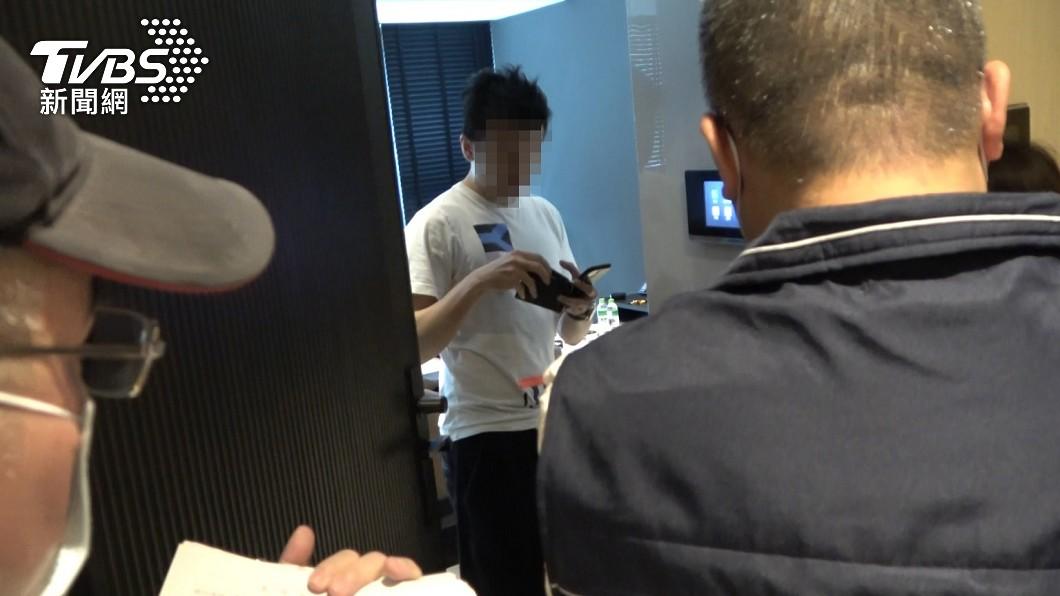 男子聽聞愛車恐被查封,急掏信用卡繳清30萬。(圖/TVBS) 居檢外出拒繳30萬 男聽「保時捷被查封」秒掏卡付清