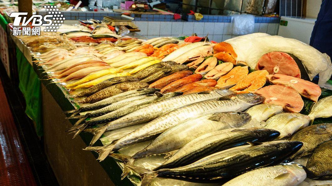 一名顧客在市場買活魚,見老闆一擊槌死就想轉身走人。(示意圖/Shutterstock達志影像) 市場買魚求幫殺 奧客見「老闆槌死」秒走人:我不要了