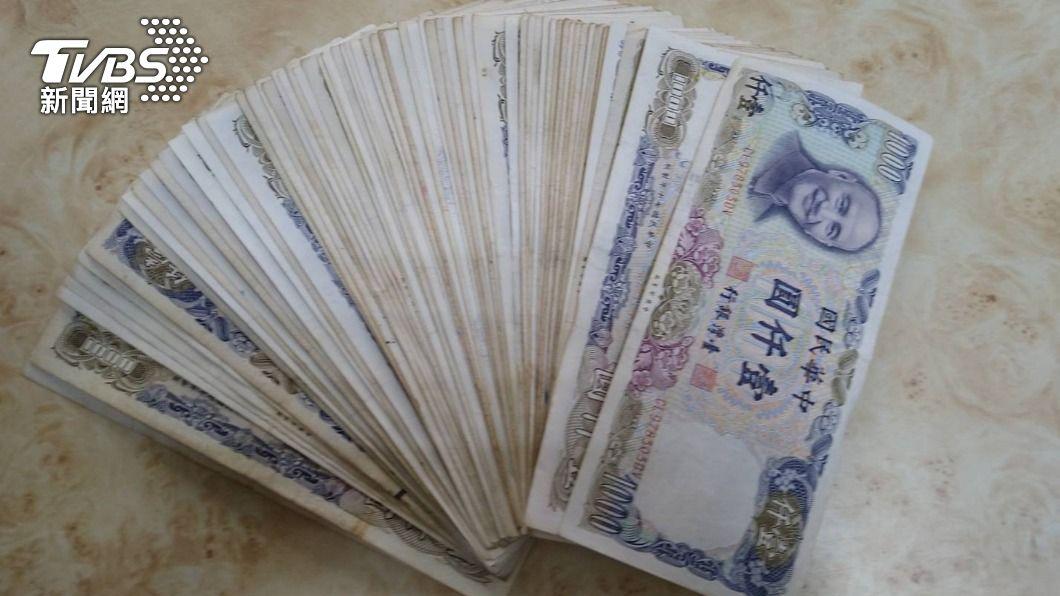 台南市環保局清潔隊員在廢棄床墊中發現6.9萬現金。(圖/台南市環保局提供) 誰的私房錢?清潔隊拆報廢床 「6.9萬現金」飛噴撒出