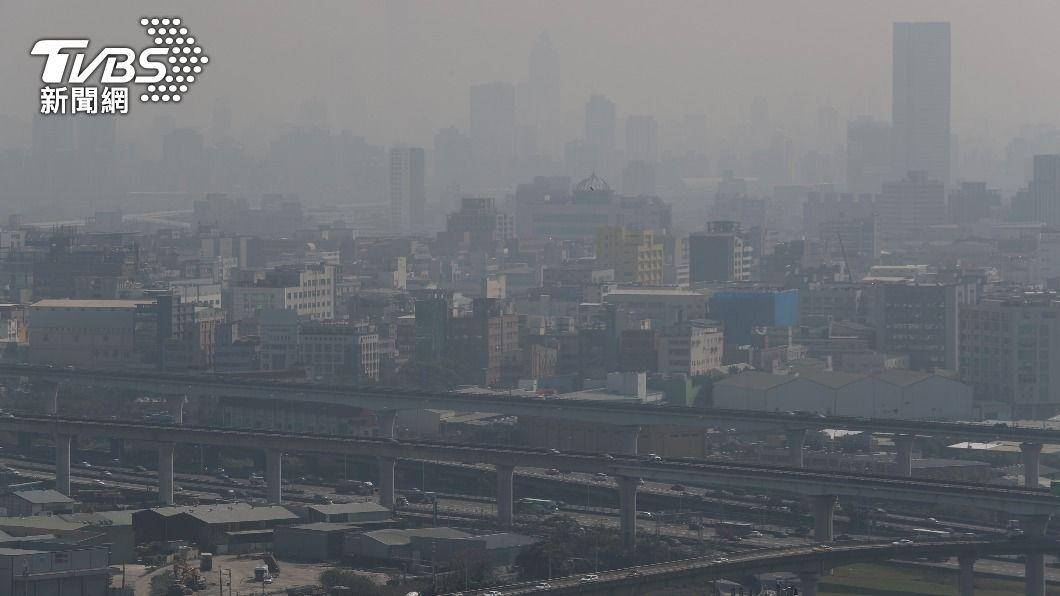 氣象局今(27)日發布濃霧特報,西半部地區能見度低。(圖/中央社) 濃霧特報持續發布 西半部能見度低於200