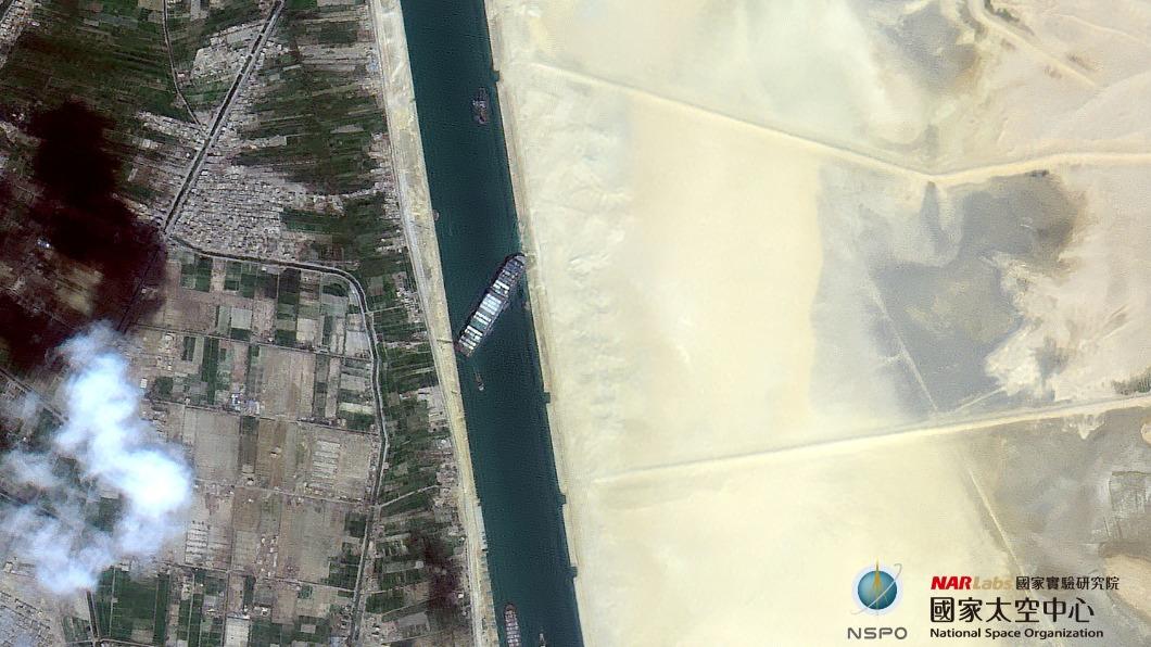 福衛五號拍下長賜號擱淺在運河的畫面。(圖/翻攝國家太空中心 NSPO臉書) 蘇伊士運河塞百艘船狀況 福衛五號3張衛星圖揭曉