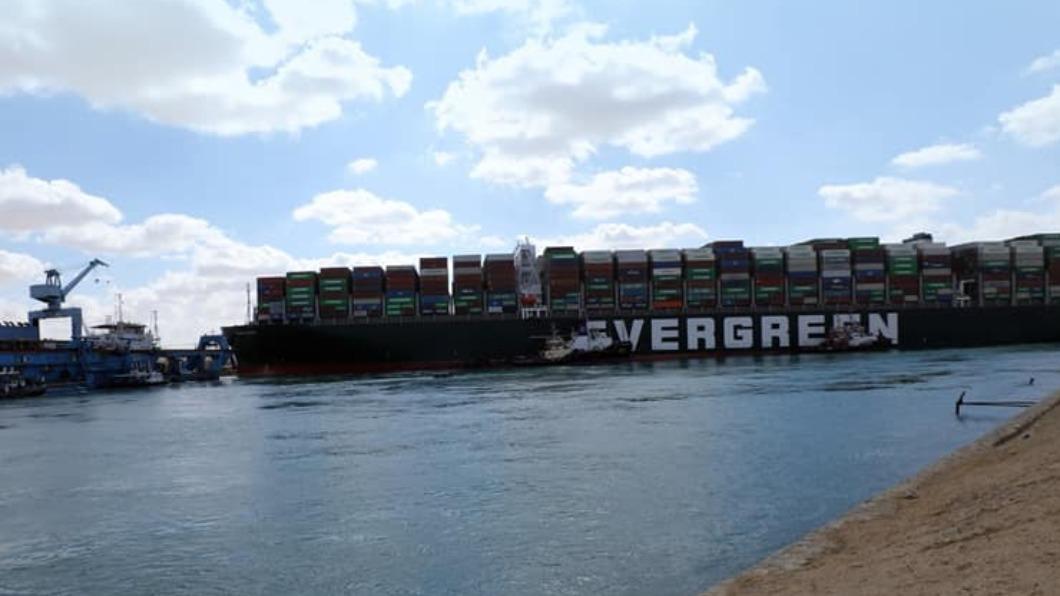 長賜號擱淺意外影響全球海運,目前已有前往歐洲商船改道。(圖/翻攝自Suez Canal Authotity 臉書) 蘇伊士運河被卡改道好望角 海盜與成本風險劇增