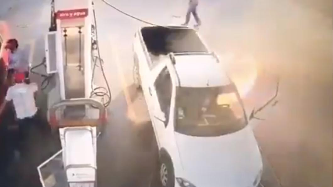 男子手機疑似碰觸到油箱,引發火災。(圖/翻攝自QuePocaMadre_Mx twitter) 加油站滑手機「油箱狂炸火焰」 墨男愛車燒成廢鐵
