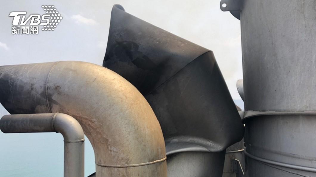 長榮貨輪煙囪被撞凹。(圖/民眾提供) 長榮海運又出事!長賜輪級貨輪 煙囪在台北港被撞凹