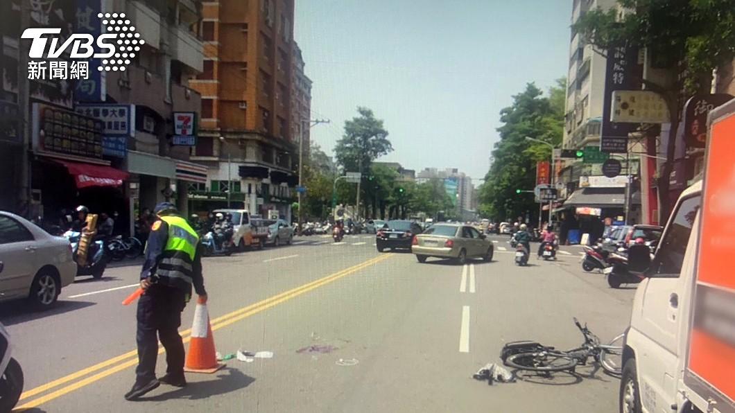 小貨車突開門 單車少年被擊落遭後車輾斃
