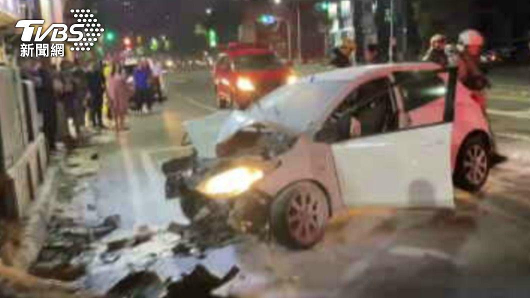 白色轎車失速後撞上變電箱。(圖/TVBS) 高雄嚴重車禍!汽機車相撞 女騎士噴飛意識不清送醫
