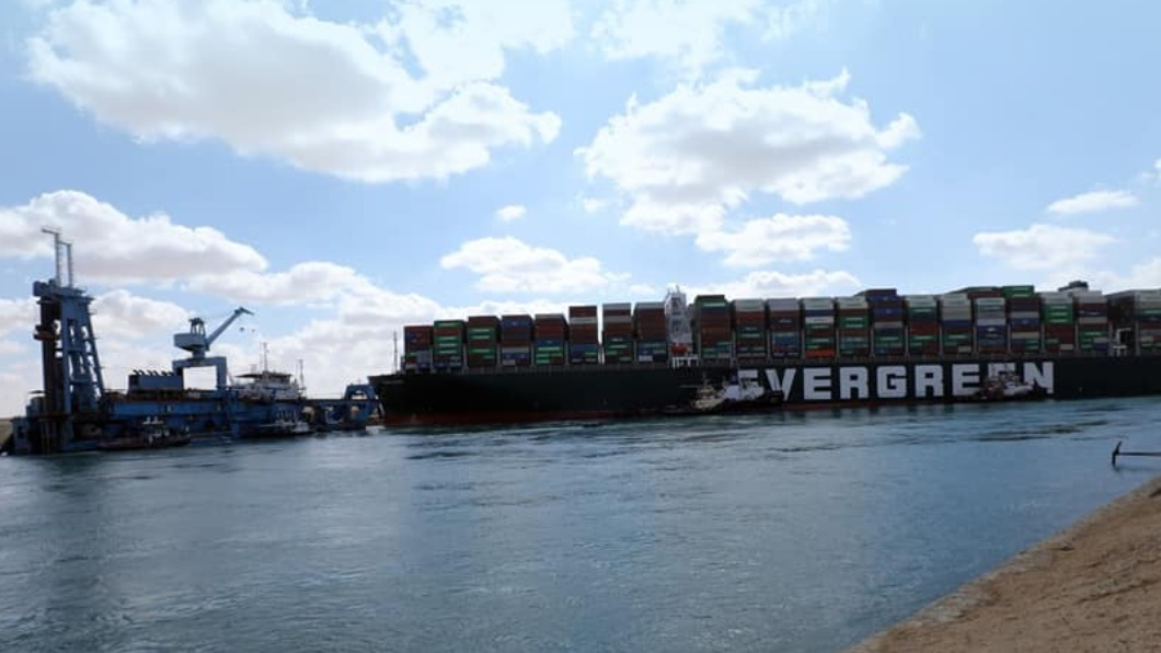 SCA負責人表示,目前長賜輪船尾及船舵已經可以移動,不過仍無法確定何時能脫困。(圖/翻攝自Suez Canal Authotity臉書) 長賜輪船尾和船舵移動 管理局:何時脫困仍未定