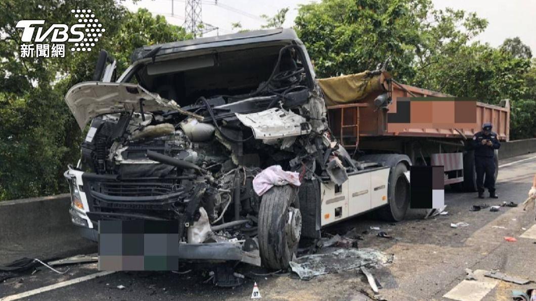 國道三號南下58公里處,28日上午發生一起車禍意外。(圖/TVBS) 國道3南下「3車追撞」 砂石車頭全毀、1人無意識