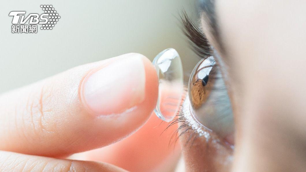 泡湯時戴著隱形眼鏡會導致眼睛不適。(示意圖/shutterstock達志影像) 3時機別戴隱形眼鏡 「引發角膜潰瘍」醫警告:恐失明