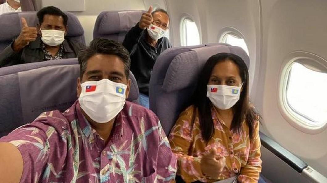 帛琉總統惠恕仁搭乘包機訪台。(圖/Surangel Whipps Jr臉書) 帛琉總統抵台 指揮中心:入境後不再採檢