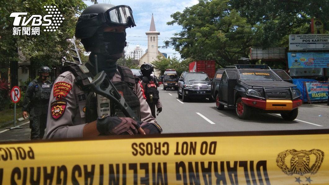 教堂發生爆炸案後,已有員警在附近站崗。(圖/達志影像路透社) 印尼天主教堂遭炸彈攻擊 外交部:暫無國人傷亡