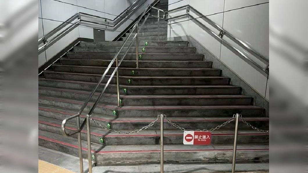 北捷大安站出現令人費解的鐵欄杆設計。(圖/翻攝自「路上觀察學院」) 北捷大安站天龍設計 樓梯蓋好「再封起來」被酸爆