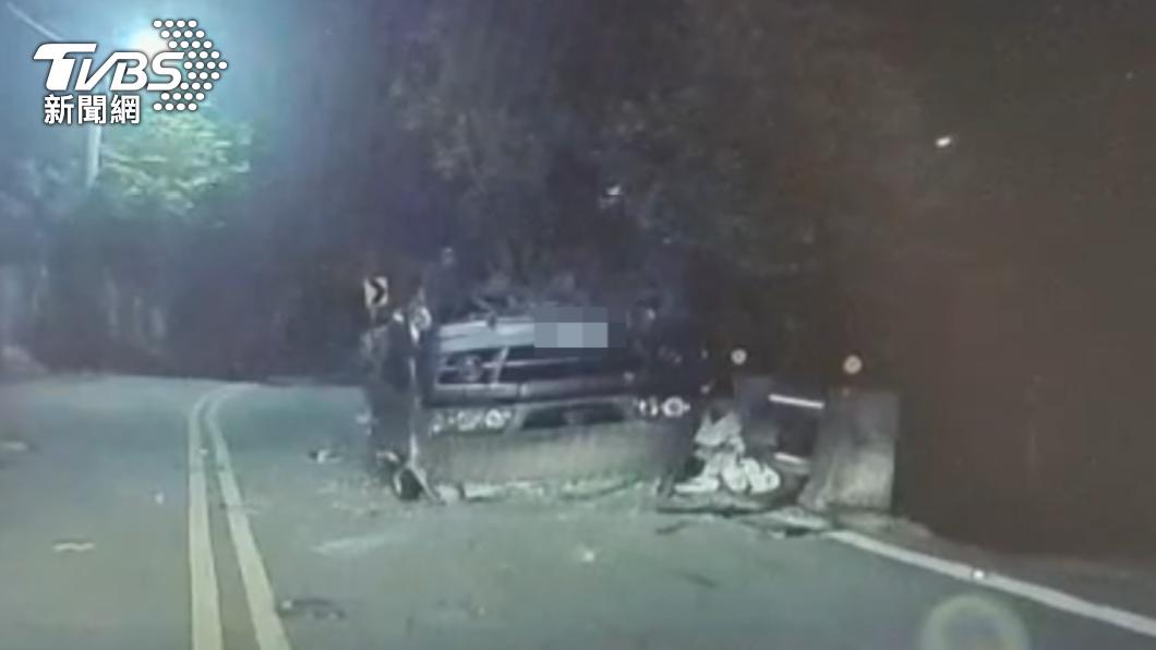 一群人至北投夜遊時發生車禍,車輛翻覆四腳朝天。(圖/TVBS) 夜遊遇濃霧狂踩油門下山 21歲男「髮夾彎暴衝」翻車