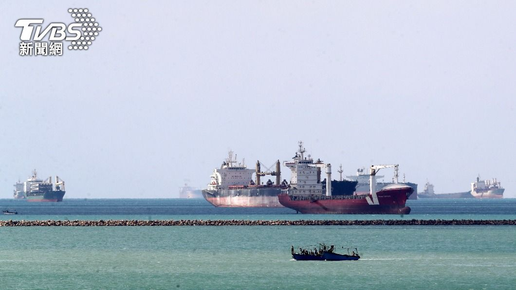 多艘貨輪卡在蘇伊士運河動彈不得。(圖/達志影像路透社) 蘇伊士運河塞船阻斷航運 敘利亞實施燃料配給
