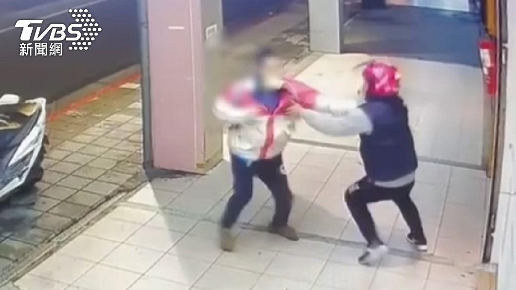 2名外送員當街爆發肢體衝突。(圖/TVBS) 外送員火爆互毆!男糾正違規遭「比中指飆髒話」動怒巴頭