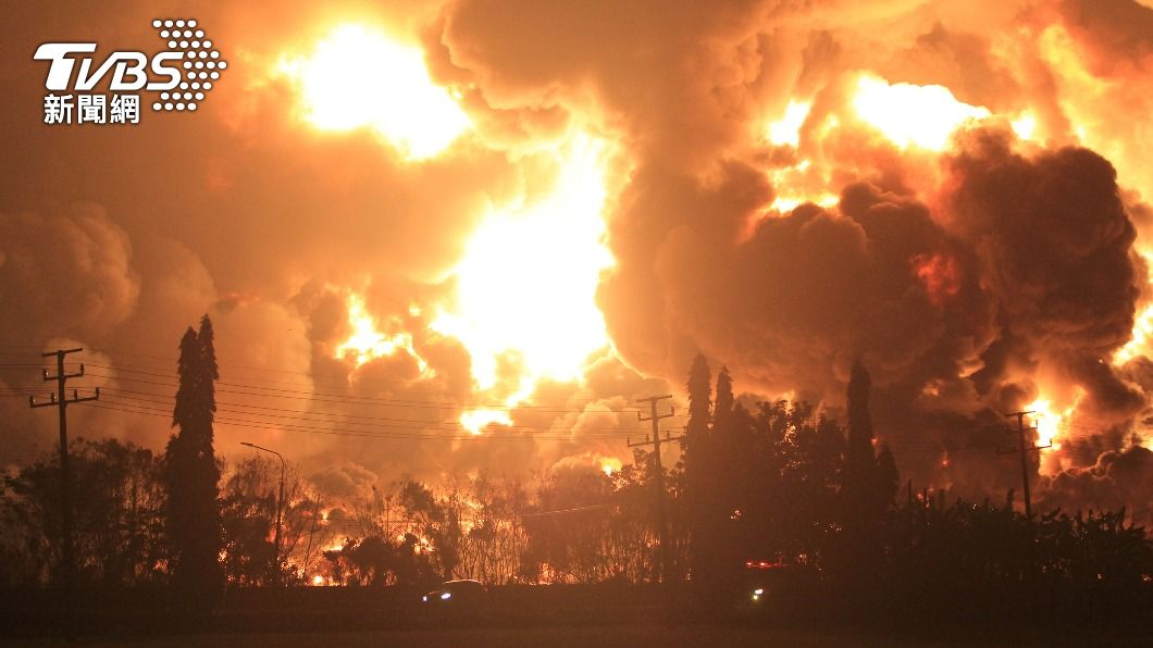 (圖/達志影像路透社) 濃煙竄天!印尼煉油廠爆炸起火釀5傷 近千人撤離
