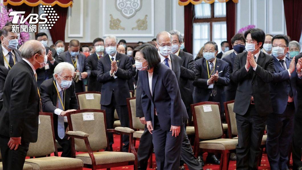 (圖/中央社) 致送資政國策顧問聘書 蔡英文:一起為台灣努力