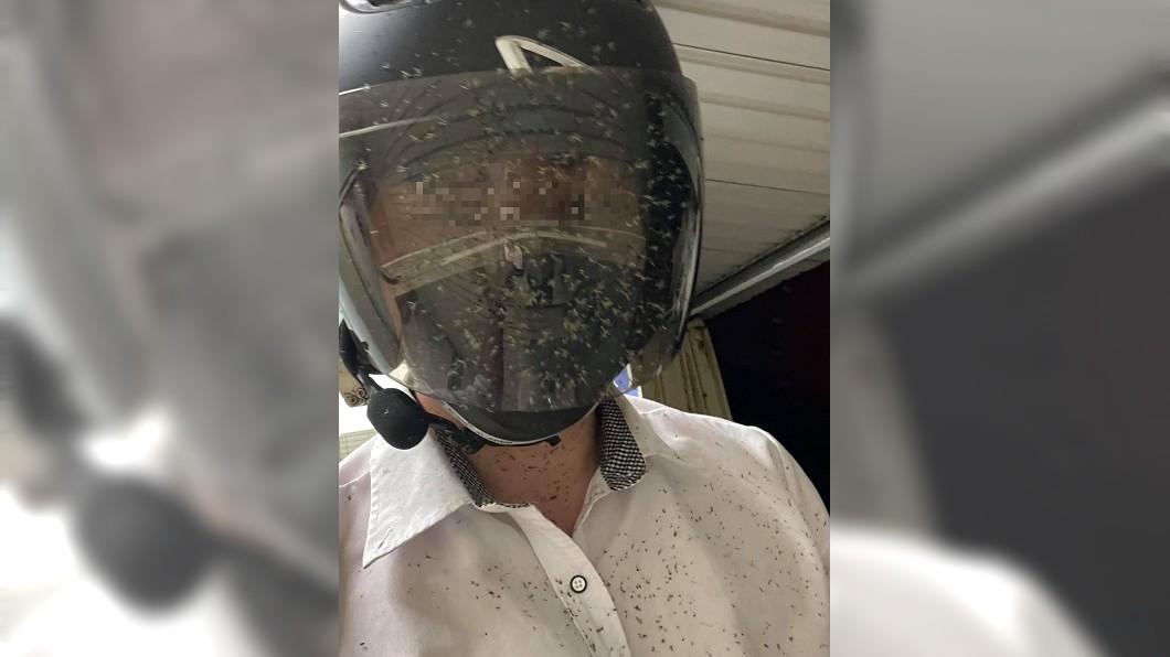 騎士身上黏滿密密麻麻的蟲屍。(圖/翻攝自「爆廢公社」) 西濱遭蚊群恐攻! 騎士「滿臉蟲屍」看不到路