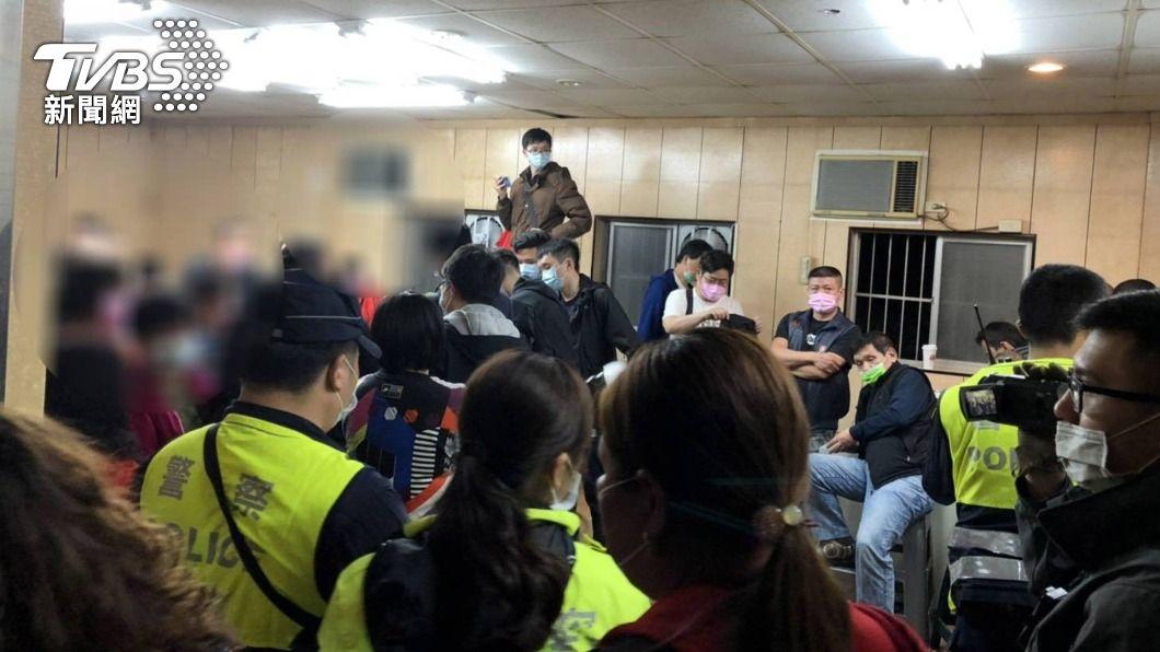 (圖/中央社) 賭場藏身鐵皮屋 樹林警破門逮63人查出通緝犯