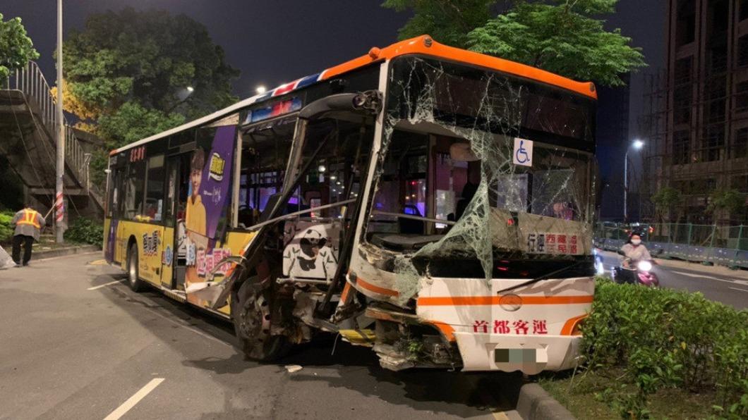 圖/中央社 煞車不及! 公車闖紅燈撞2車 3人傷急送醫