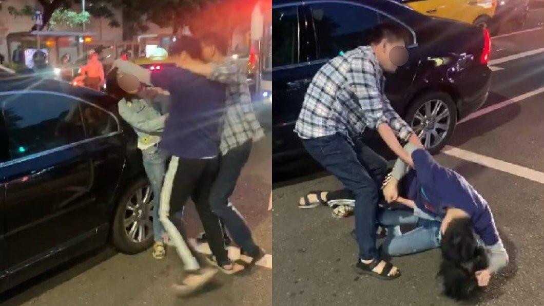 台北一名年輕男子因行車糾紛與婦人發生爭執,當街暴打對方。(圖/翻攝自爆廢1公社) 扯髮甩巴掌、摔地撞車門 台北男街頭逼婦「跟我道歉!」