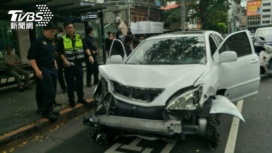 北市街頭出現驚險警匪追逐。(圖/TVBS) 北市街頭警匪追逐!男開車「硬闖攔檢」警連開8槍逮人