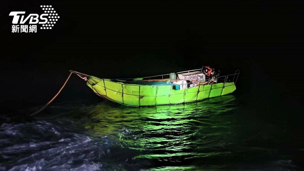 (圖/中央社) 陸男自製浮具偷渡 金門海巡邊境防疫鐵壁阻攔