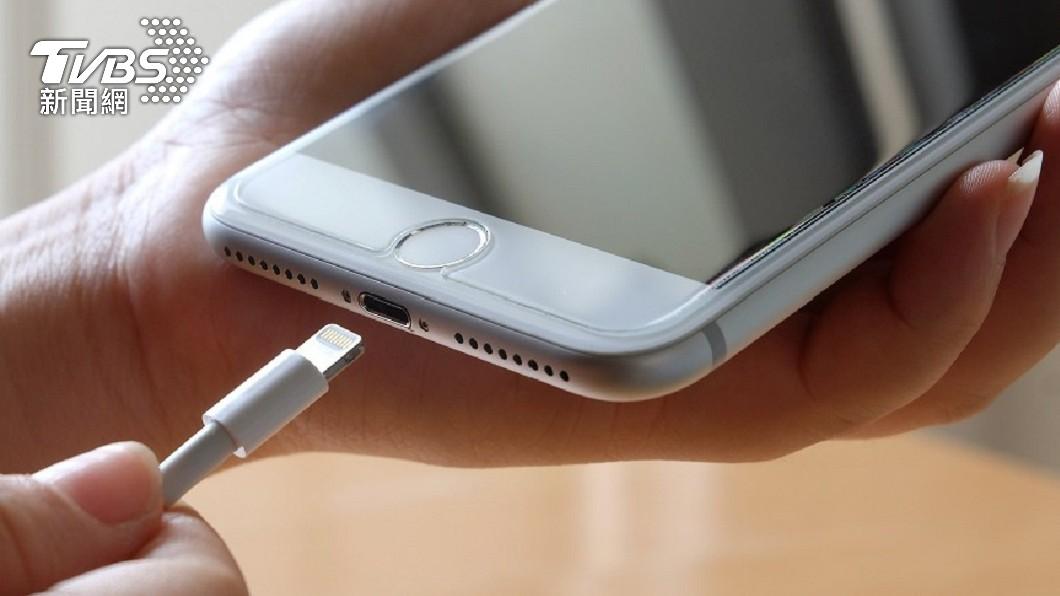 印度日前發生一起充電手機爆炸事件。(示意圖/shutterstock 達志影像) 手機剛充電完 印度12歲童「伸舌舔電池」臉炸爛亡