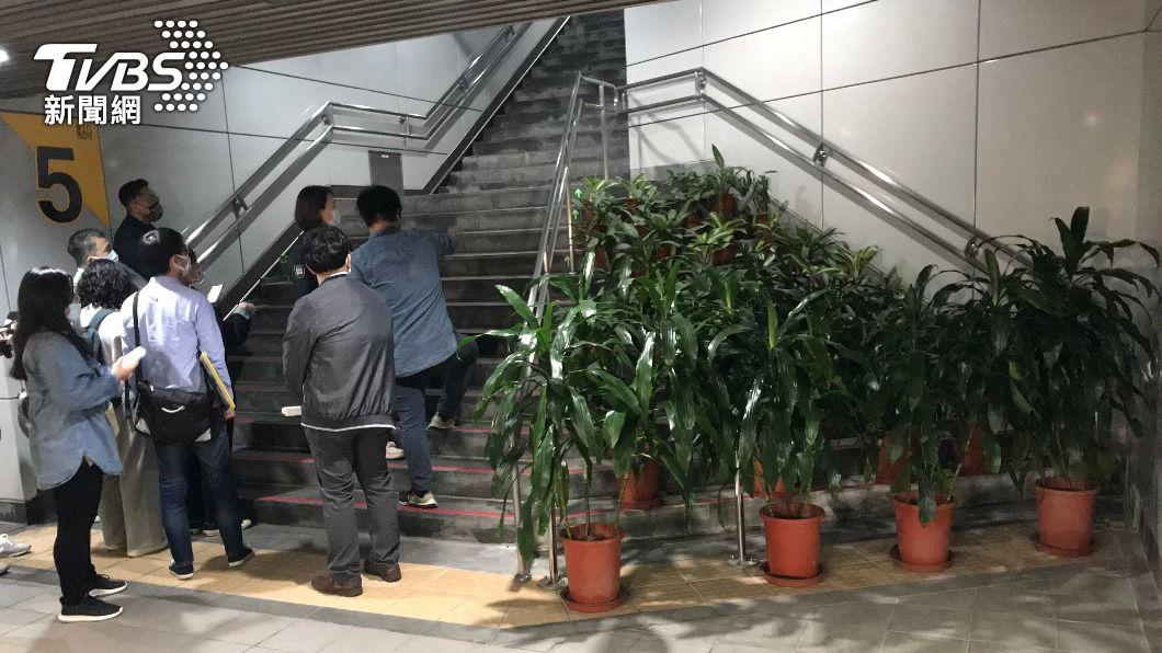 捷運大安站五號出口設計不良惹議。(圖/中央社) 捷運大安站出入口樓梯惹議 北市府:檢討改善