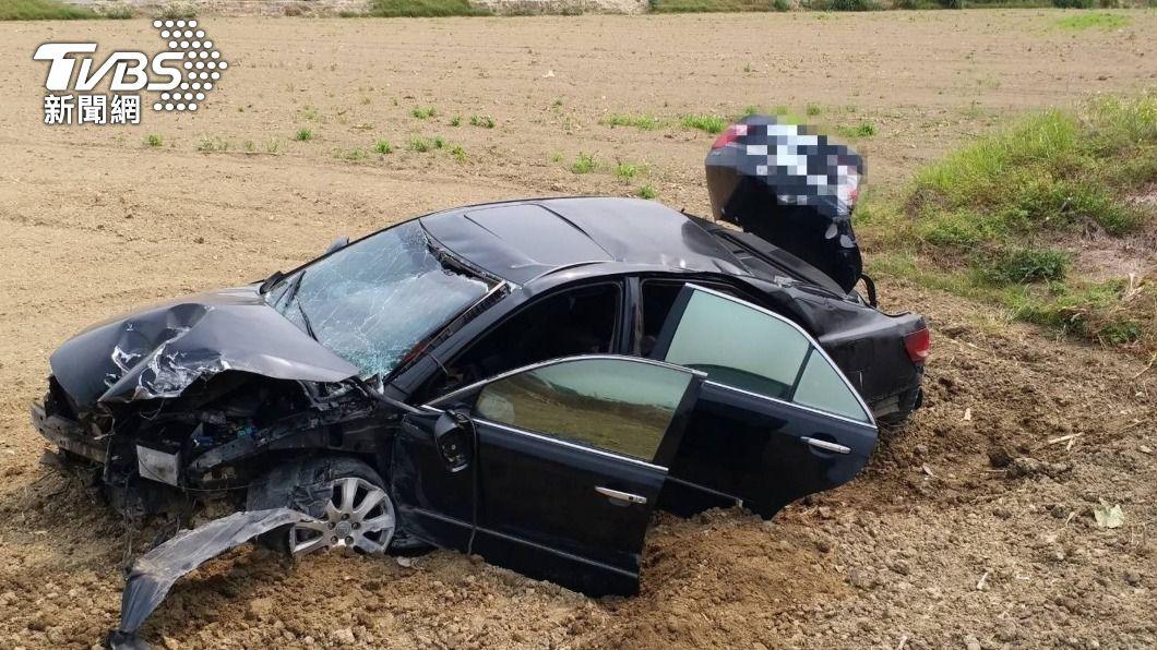 男駕駛撞斷燈桿直衝田裡。(圖/中央社) 男子駕車撞斷六腳橋燈桿衝落田中 腹傷送醫