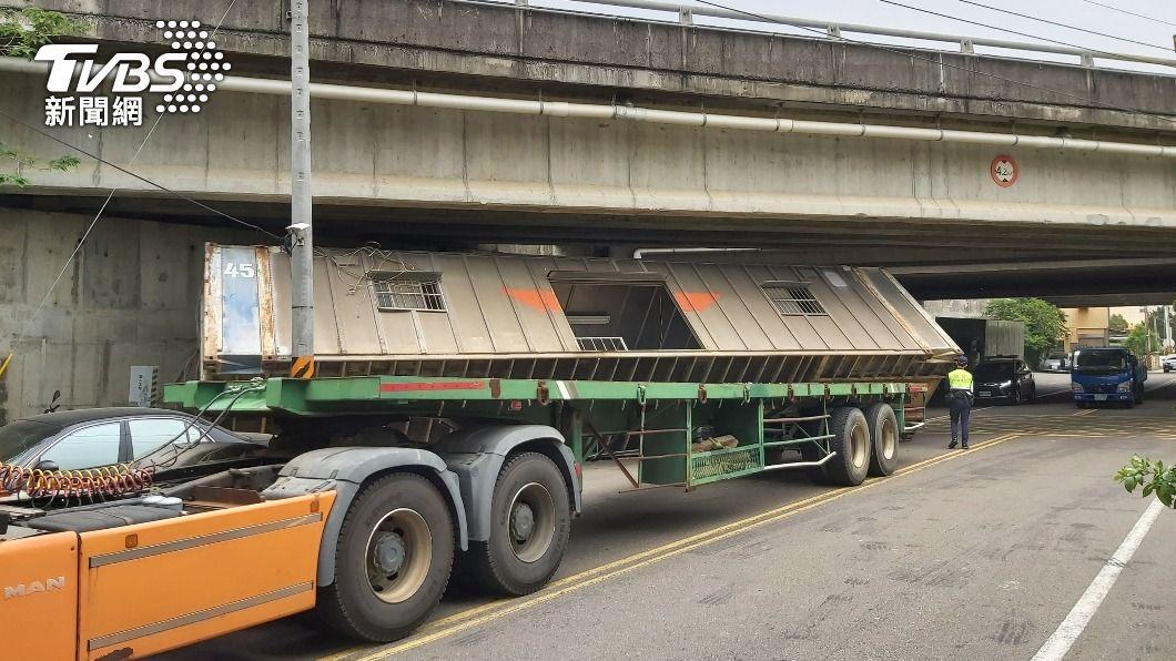 拖板車未注意限高。(圖/中央社) 未注意限高撞國道高架橋 拖板車上貨櫃屋倒壓3車