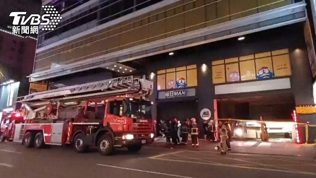 唐吉訶德大樓地下室深夜驚傳火警。(圖/TVBS) 唐吉訶德大樓深夜火警 警消緊急疏散39人