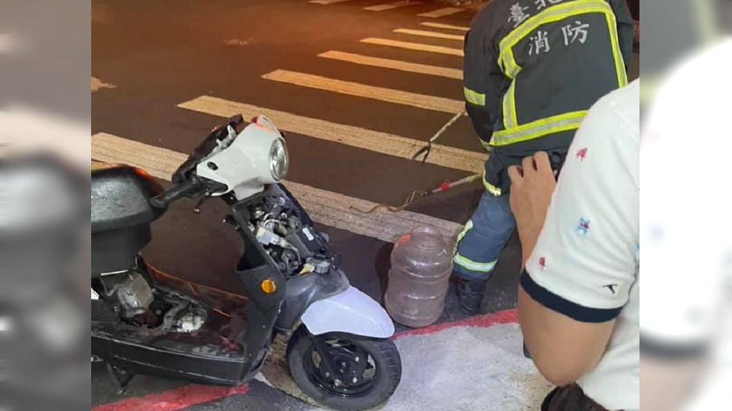 有機車騎士發現引擎裡有條龜殼花,急赴車行求救。(圖/翻攝自我是東湖人) 龜殼花躲引擎「探頭透氣」嚇壞騎士 老闆手抖拆車殼
