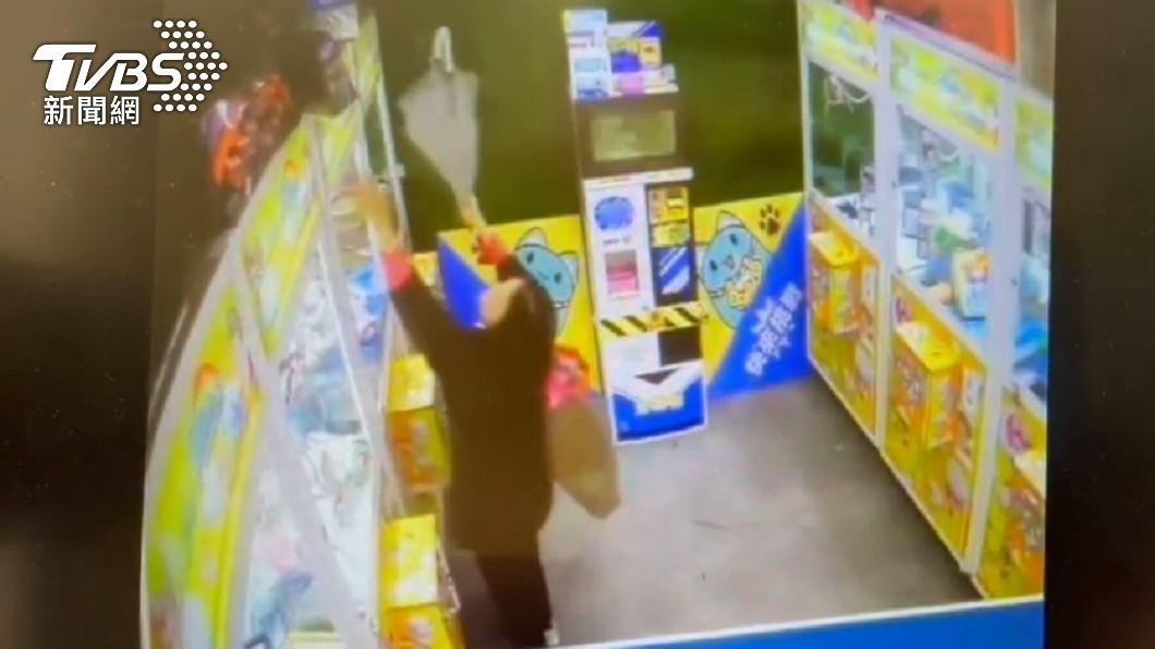 新北市一名婦人為了送孫子禮物,竟在夾娃娃機店行竊。(圖/TVBS) 為愛孫花百元夾嘸娃娃 新北嬤舉雨傘「勾回家」全被拍