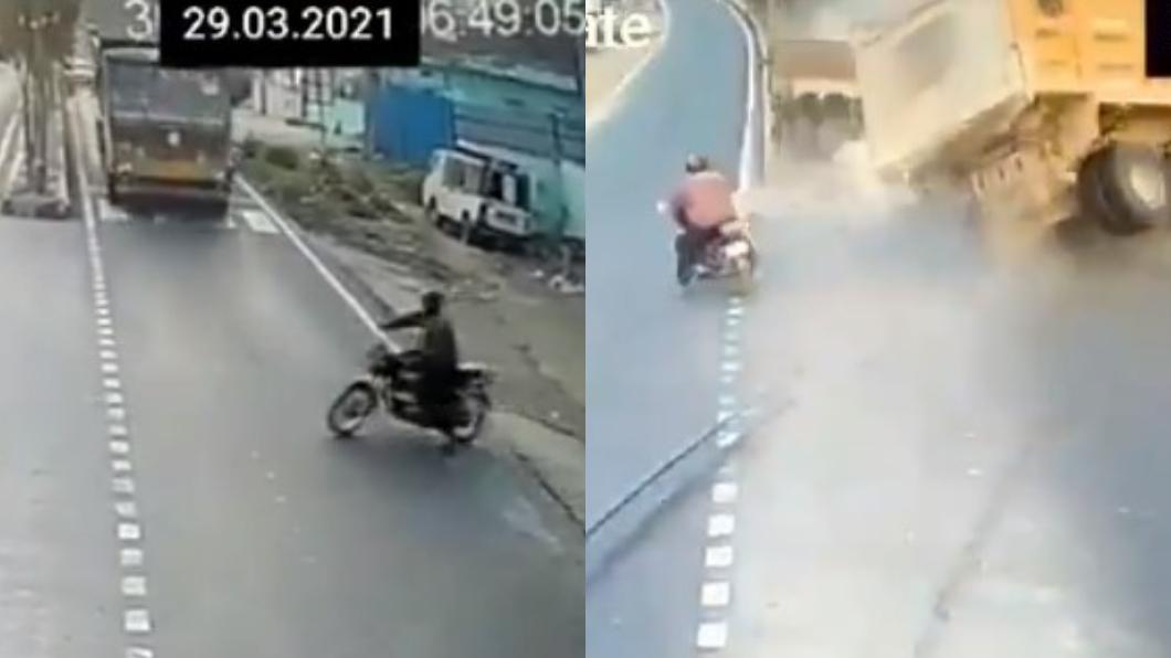 印度一名機車騎士硬切車道擊落2輛大車。(圖/翻攝自CYBERABAD TRAFFIC POLICE推特) 印度三寶「6秒轉圈」毀滅2大車 鬼切車道驚悚畫面曝