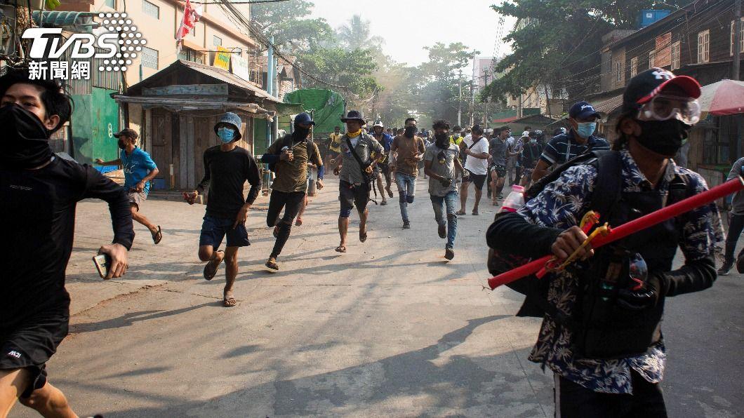 緬甸軍方目前殺害逾520人,行動主義者為此舉行燭光守夜儀式。(圖/達志影像路透社) 無懼宵禁 緬甸反政變民眾舉辦燭光儀式悼念逝去者