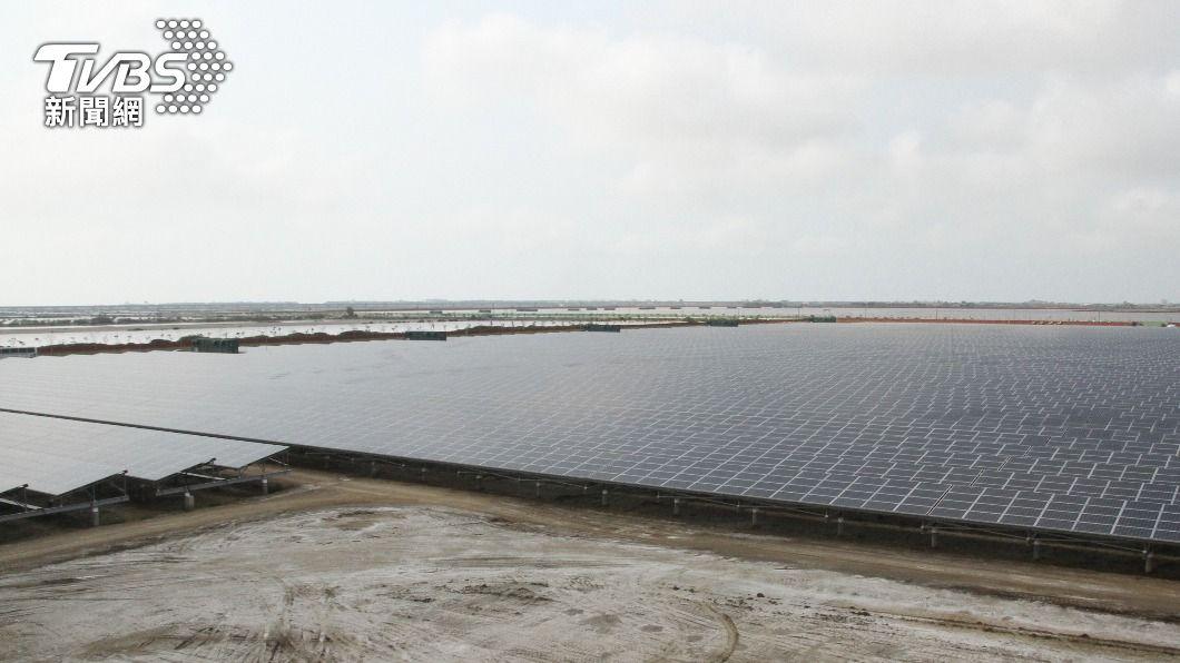 鹽田太陽光電場將啟用。(圖/中央社) 台南鹽田太陽光電場啟用 估每年發電2億度