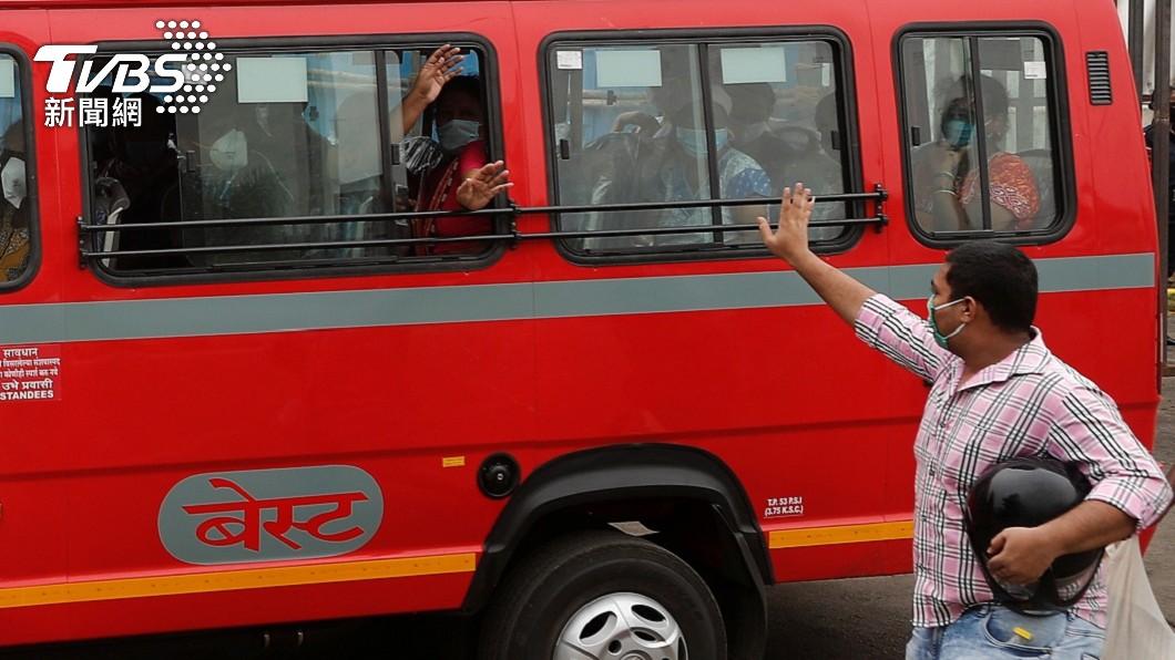 印度一輛公車日前發生一起驚悚的意外事故。(圖/達志影像路透社) 暈車頭伸窗外嘔吐 印度11歲女童遭卡車「斬首」
