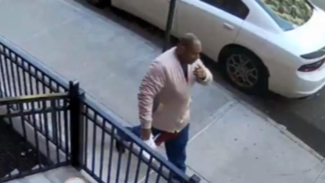 男子29日在紐約大街上對一名65歲亞裔婦人施暴。(圖/翻攝自Twitter) 65歲亞裔老婦紐約街頭遭痛毆 警方逮捕施暴犯嫌