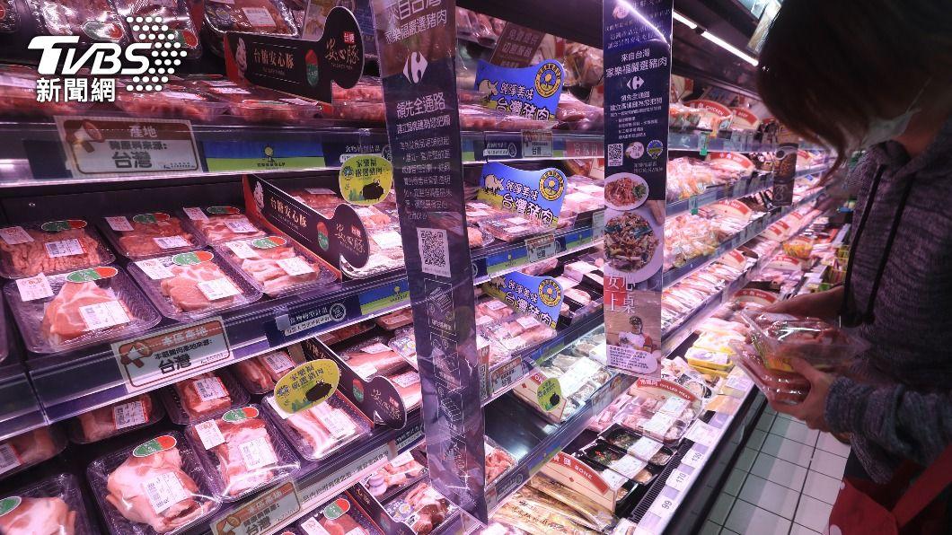 圖為民眾在賣場挑選豬肉。(圖/中央社) 美貿易報告 關切萊豬原產地公告暗示食安疑慮